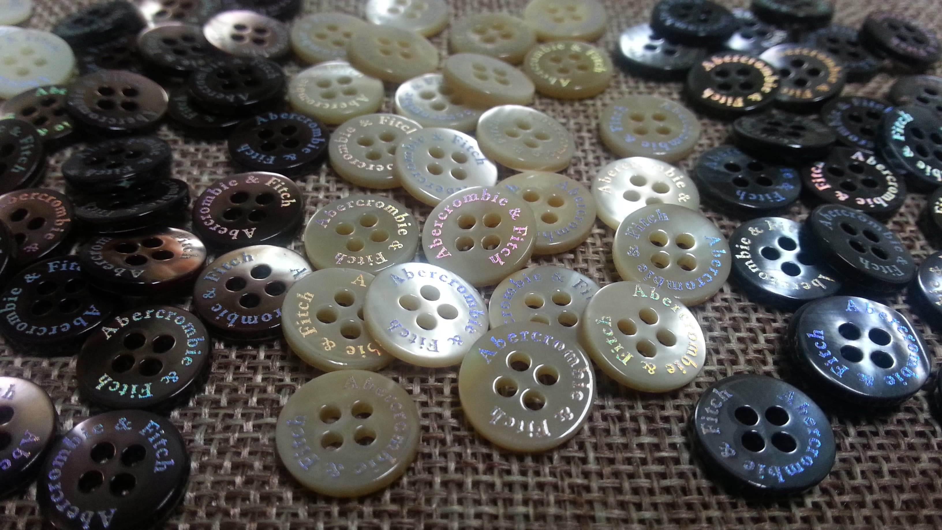 Pearl River Wholesale >> shell buttons with Hologram logo from TEX WORLD B2B marketplace portal & South Korea product ...