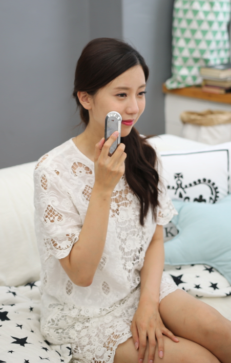 FACIAL MASSAGER WITH ULTRASONIC AND ION