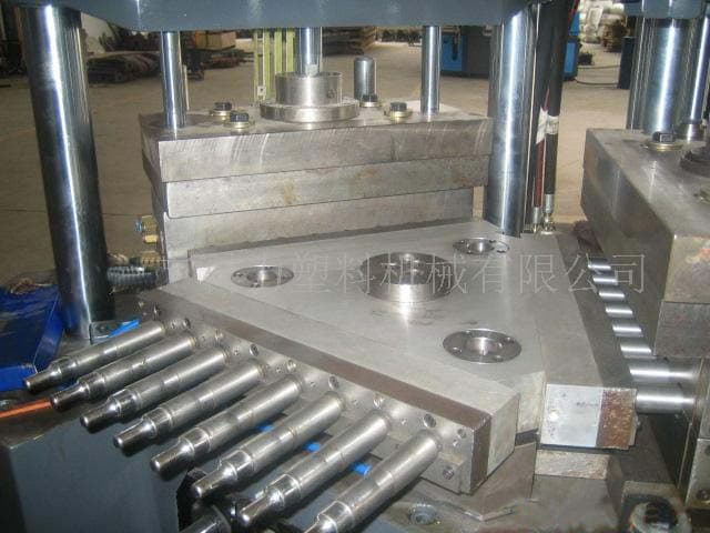 injection blow mould .jpg