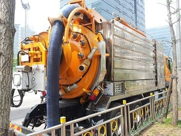 Combined sewer cleaning equipment