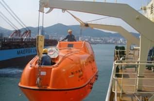 Hinged Gravity Type Lifeboat Davit